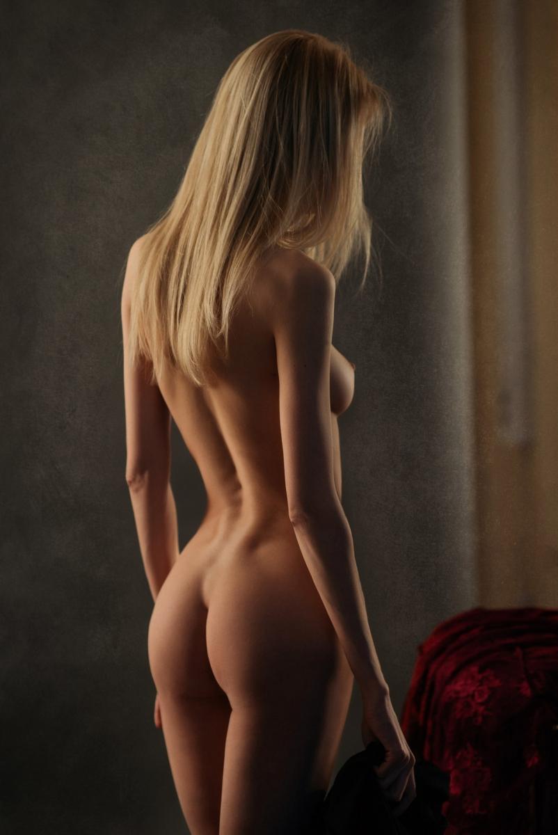 предлагает зрителю фото голых красивых женщин сзади звонок